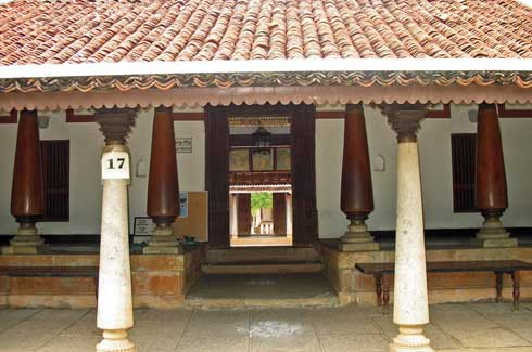 Traditional buildings in India use high walls, sloping roofs and jaalis to control the temperature of the building